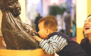 Baby-nursing-on-statue